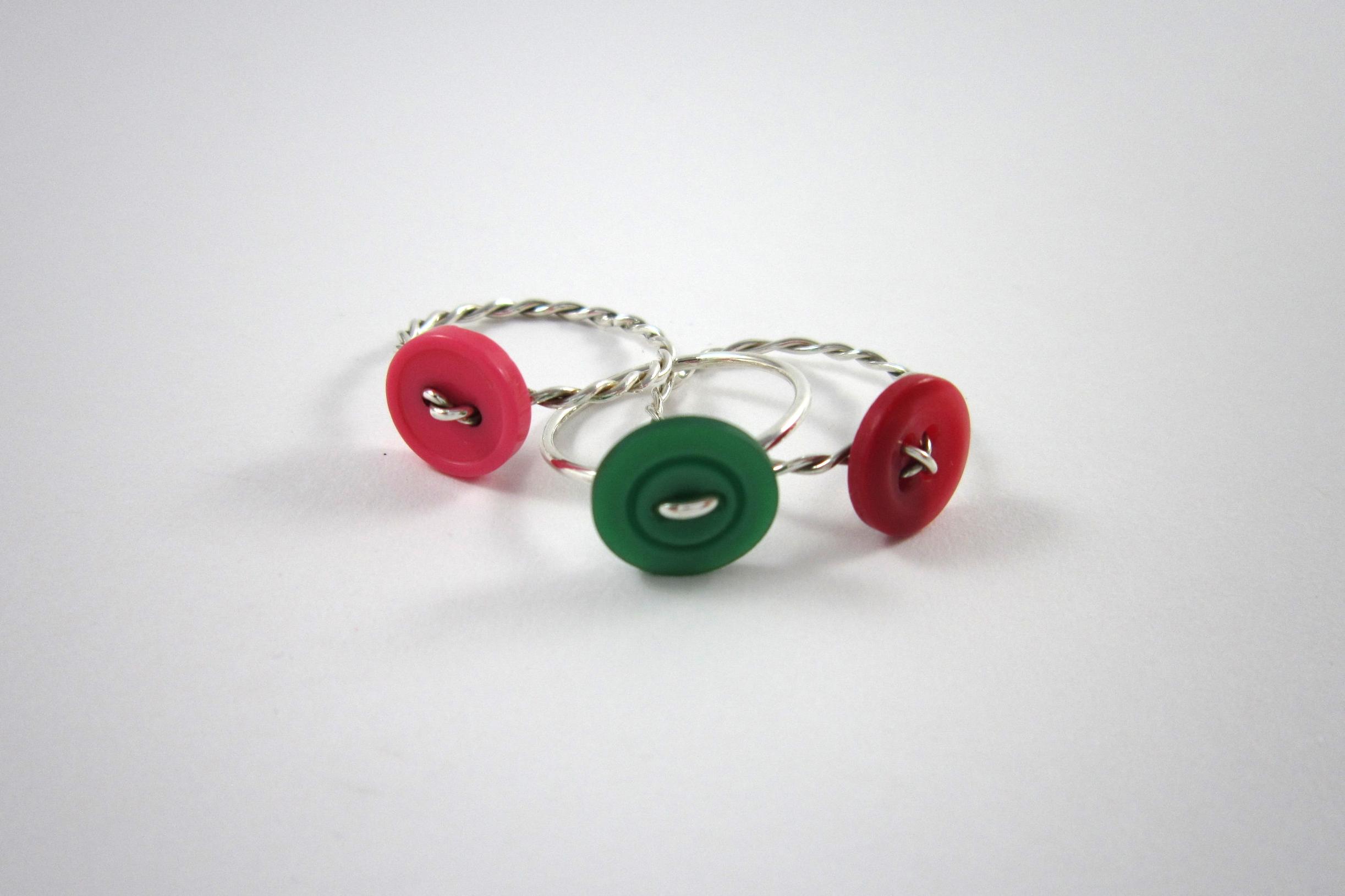 Zilveren ringen, met gekleurde knoop.