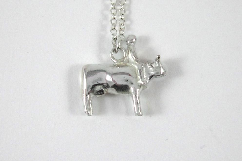Zilveren hanger, koe met kind.