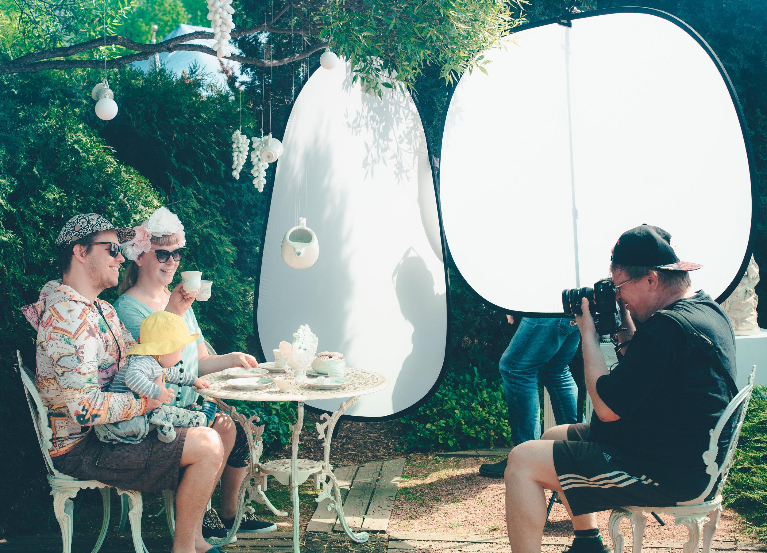 Kevät 2018: Perustamamme Valotila-ryhmän jäsen, Reima, kuvaa Malmin päivän vieraita rakentamassamme valokuvauksellisessa lavastessa. Leijuvilla teekutsuilla ihmiset saivat otattaa itsestään muotokuvan, joka lähetettiin heille tapahtuman jälkeen. Yli seitsemmänkymmentä ihmistä asettui asetelmaan kuvattavaksi.