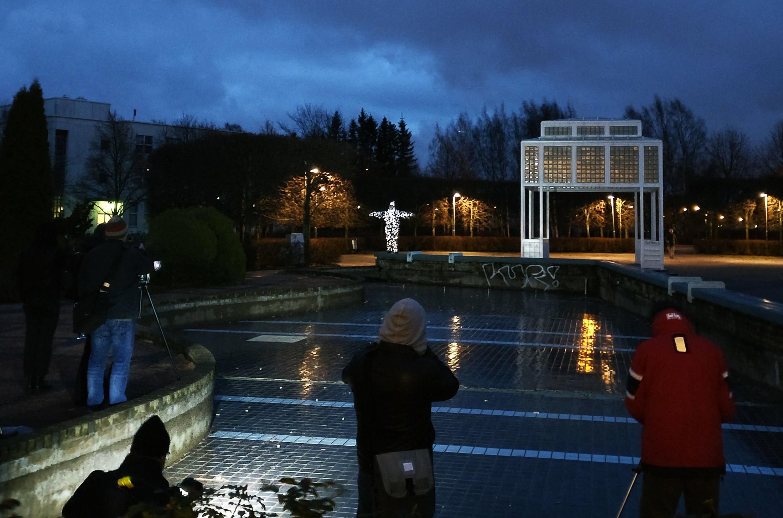 Talvi 2017: Heijastusmies poseerasi Valotila -kubilaisille
