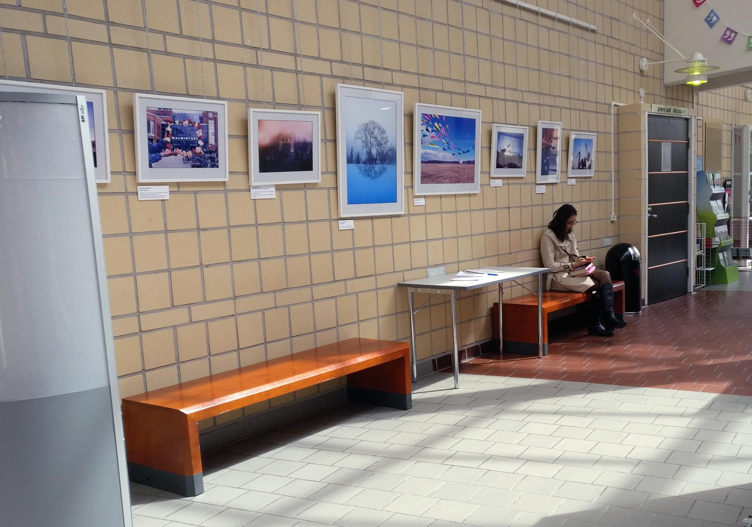 Kevät 2017: Postikorttinäyttelyn kuvista järjestettiin näyttely Malmitalolla (yllä). Näyttelyn yhteydessä mainostettiin hankkeen tulevaa toimintaa kutsuen ihmisiä mukaan työpajoihin ja tapahtumiin. Vieraskirja täyttyi mielenkiintoisista viesteistä (alla).