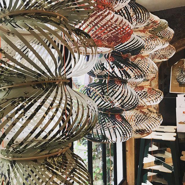 Le mardi sous la pluie, une forêt de lampions curiosités www.assemblage-m.com  #lampion #luminaire #papier #decoupe #aerien #papierpeint #motif #graphique #pluie #lumiere #ruedesmartyrs #faitaparis #madeinfrance #architecture #design #objet #creation #handmade #savoirfaire #suspensions