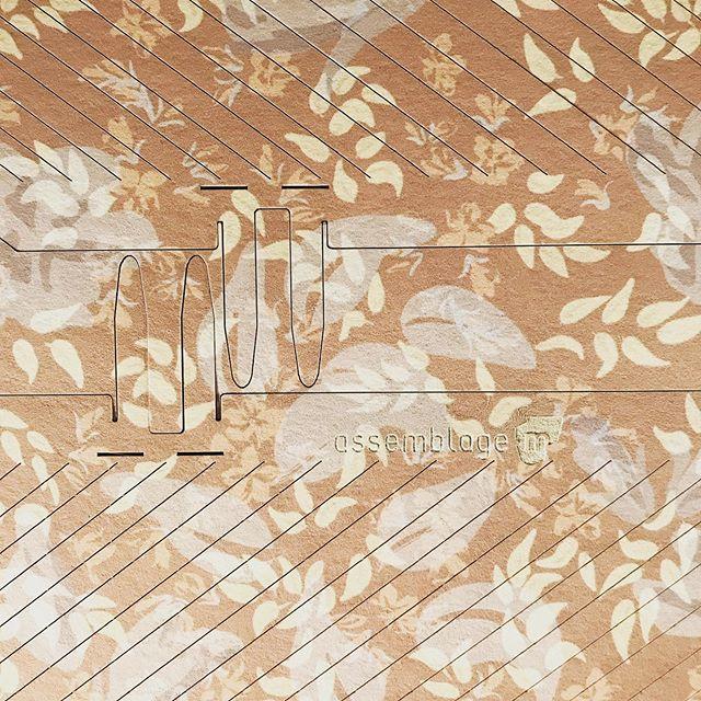 Une surprise se prépare à l'atelier. www.assemblage-m.com #decoupe #assemblage #design #architecture #decoration #lumière #luminaire #papier #papierpeint #motif #gravure #graphisme #production #feuillejaune #faitaparis #madeinfrance #ruedesmartyrs