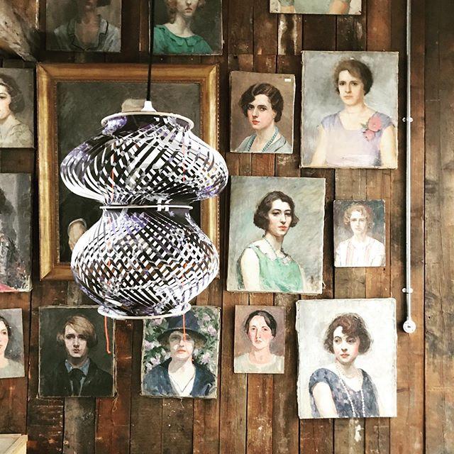 galerie de portraits avec lampion curiosité www.assemblage-m.com #luminaire #design #architecture #decoration #assemblage #lumiere #decoupage #papier #papierpeint #graphisme #motifs #peinture #ruedesmartyrs #faitaparis #madeinfrance