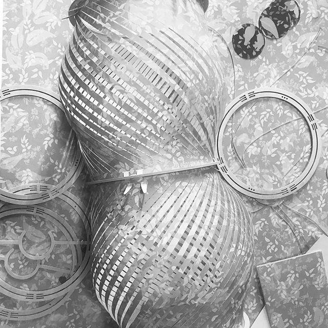 La magie de l'atelier là où tout arrive www.assemblage-m.com #design #architecture #projet #graphisme #objet #lumiere #atelier #luminaire #faitaparis #madeinfrance #ruedesmartyrs #bois #suspension #papierpeint #motif