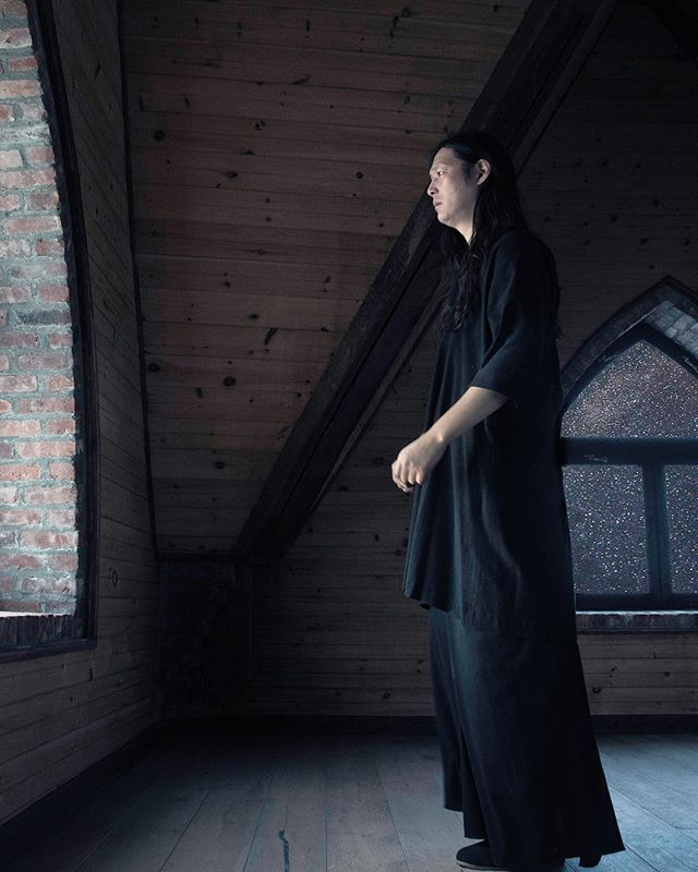 While the core EŸN VAS wardrobe is quiet & timelessly simple, @jona_sees is still designing some of the more severe silhouettes that #inaisce was known for.  Worn here by long-time collaborator and sound magician @queens_aka_scott_mou this tunic and skirt were specially designed for a Brazilian spirit physician... Shall we produce a small run of these pieces?
