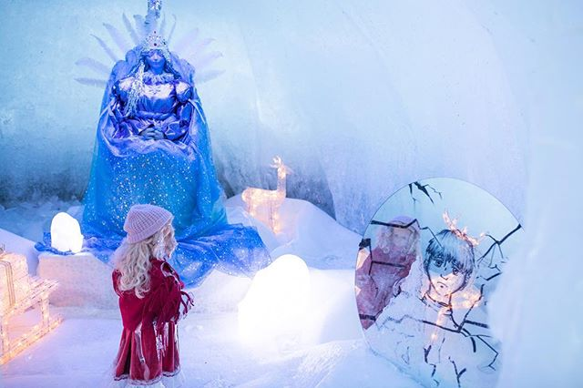 Before the sun sets on this ice world, you can observe the expert craftsmanship up close. And if you walk past the igloos, you will find some magical scenes on display 🧚‍♂️❄️
