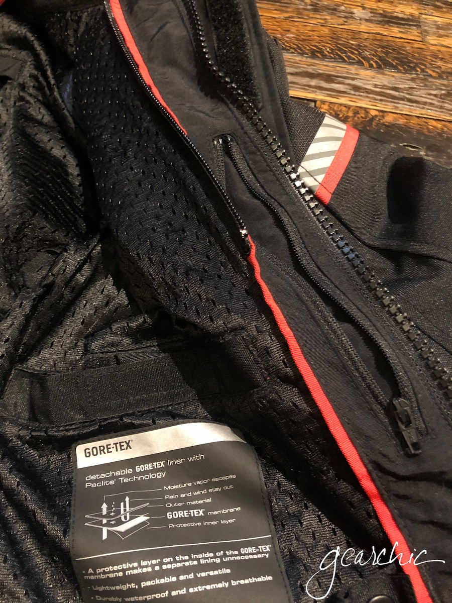 Internal pockets on the outer jacket