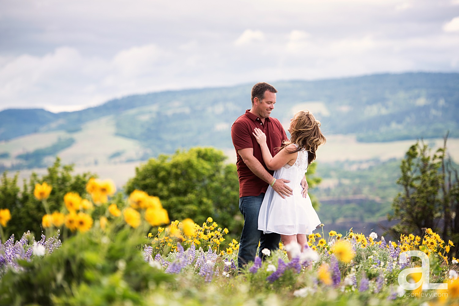 Columbia-River-Gorge-Engagement-Photography-Session_0001.jpg