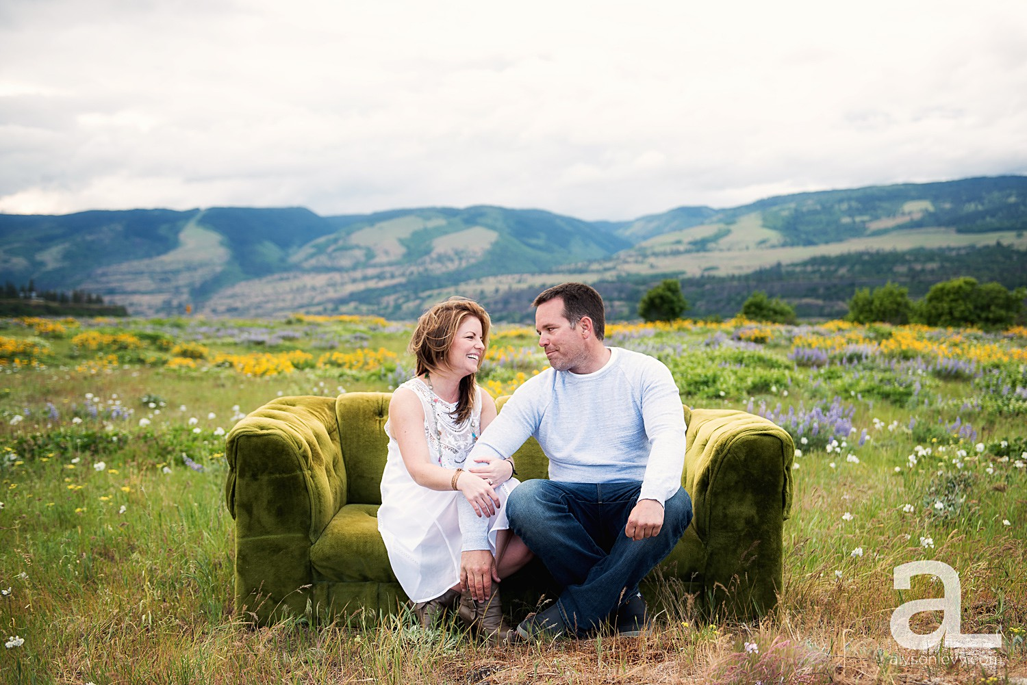 Columbia-River-Gorge-Engagement-Photography-Session_0004.jpg