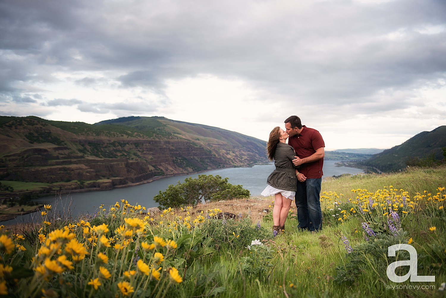 Columbia-River-Gorge-Engagement-Photography-Session_0005.jpg