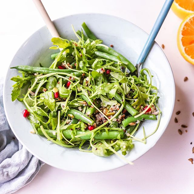 🍊🍊🍊Zesty rocket, blanched green beans, quinoa, pumpkin and sunflower seeds, pomegranate arils and a fresh vibrant orange vinaigrette.  This citrusy salad is the perfect side to any dish or build on it as your main meal 😋👌🏻 I'll post the dressing recipe here after school run 🏃🏼‍♀️ so bookmark this post! Happy Monday all x Ash • • • • • #nourishmemum #saladideas #oranges #pomegranate #salads #healthyfood #healthyrecipes #glutenfree #quinoa #pumpkinseeds #tiuteam #bbg #kaylsarmy #thenewhealthy #makesmewhole #feedfeed #nourishbowl #lunchideas #realfood #melbournefood #melbournefoodie #eatwellbewell #momblog #glutenfreeblogger