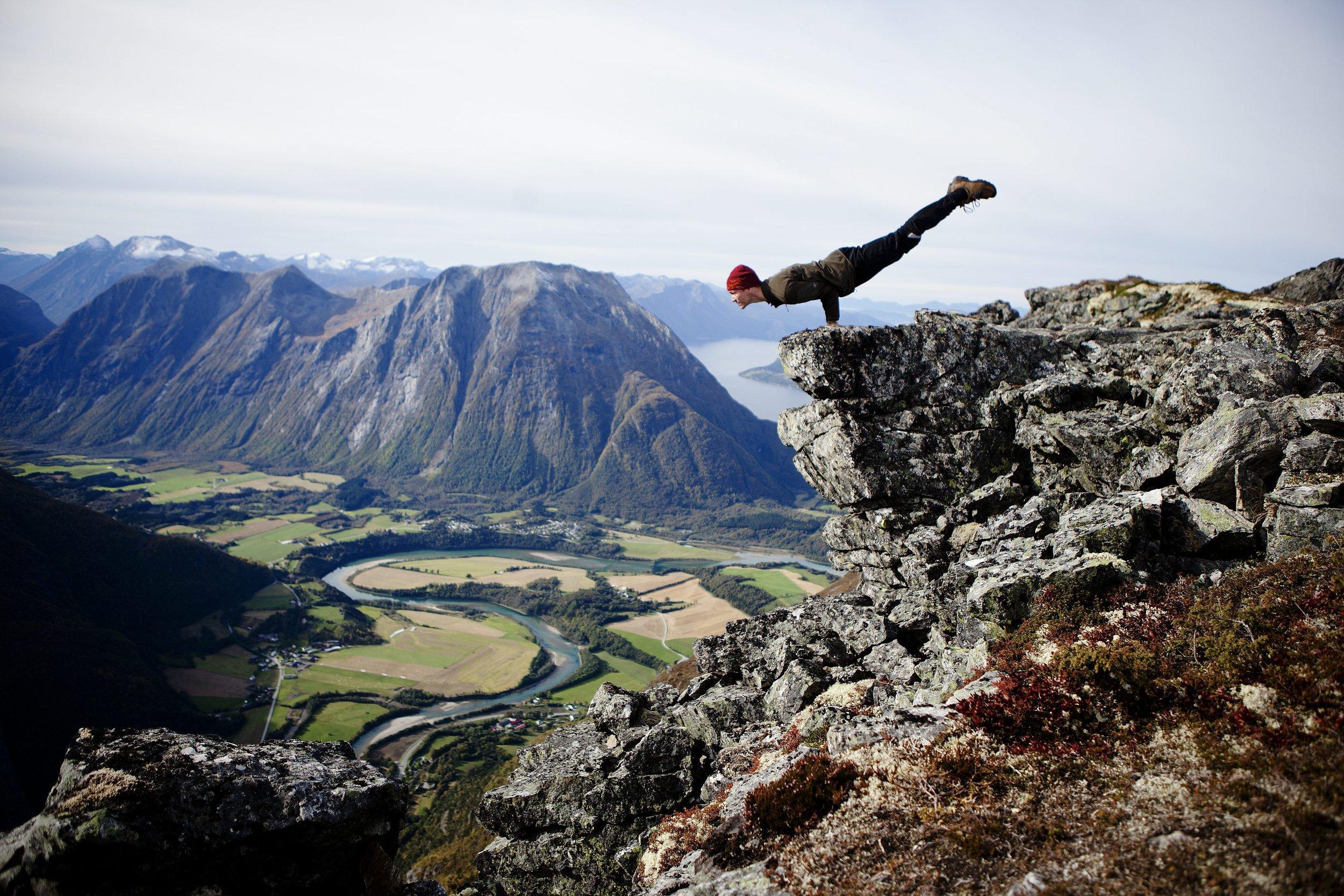 11102013 Yoga Instruktør Alexander Medin tar en yogastilling på Romsdalseggen. Prosjektet back in the ring, hjelper tidligere rusmisbrukere i bedre mental og fysisk form med yoga. Foto: Fartein Rudjord