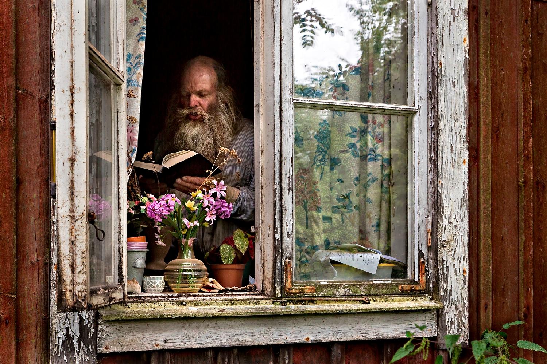 _N3C2476-SA-läser-ur-bibeln-Fönster-On-DynC-1500px-KN2.jpg