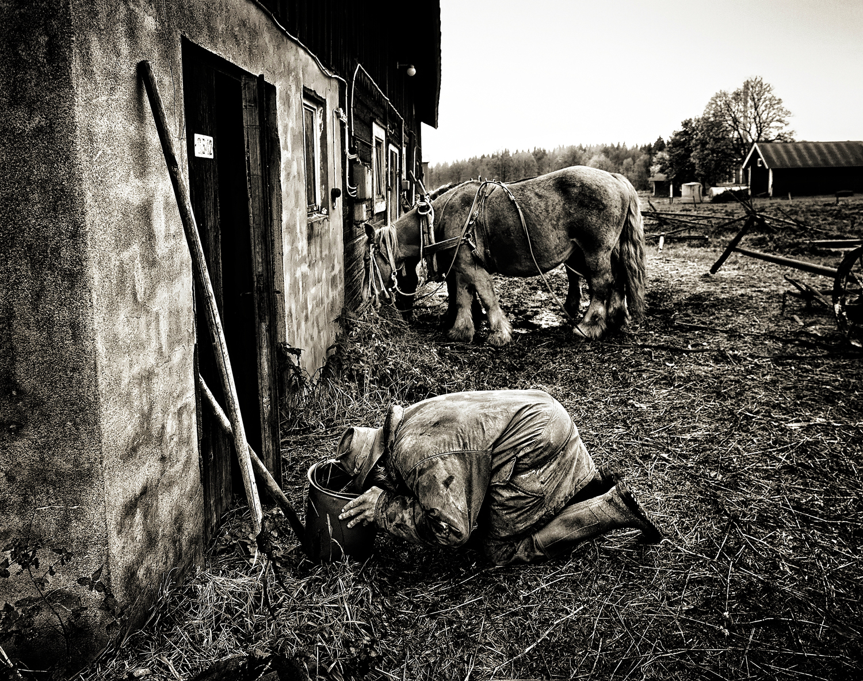 IMG_7341-sa-dricker-ur-hink-hästarna-BW-Warm-glowOn-RicePaper-1500px-KN.jpg