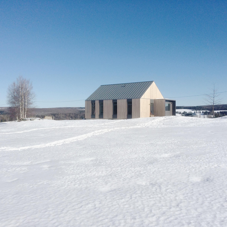 Maison des champs dans la neige