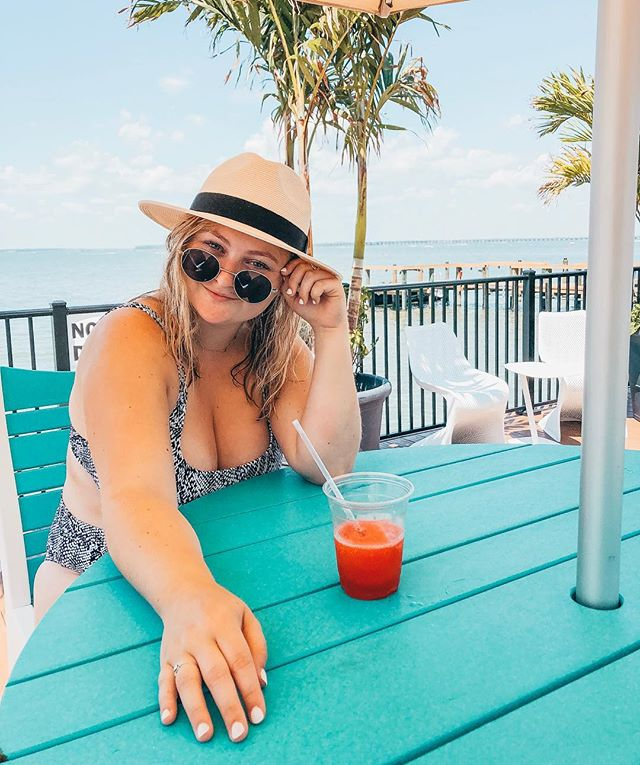 if there's ONE thing you need to know about me it's that i could live off of strawberry daiquiri's — you can ask my friends...that was my drink of choice for my 21st bday 😂🙈    ps this #amazon hat is the hat of the summer (per @dana.mannarino's recommendation)