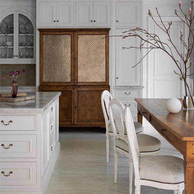 Love this stunning kitchen @amymeierdesign ❤️ . . #madeleineinteriors #inspiration #amymeierdesign #interiordesign #kitchendesign #kitchen #interiors #lightinteriors #diningtable #diningroom #luxeliving #kitchendining #kitchencabinets #kitchencabinetry #marble #classicdesign #classicinteriors #antiques #gustavian #gustaviandesign #gustavianinteriors #marblecounters #losangelesdesigner #ladesigner #losangelesinteriordesigner #cdmdesigner #cdminteriordesigner #newportbeachdesigner #newportbeachinteriordesigner
