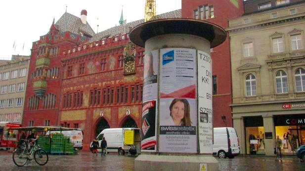 Dr. med. Mitra Modaressi auf der Litfasssäule vor dem Basler Rathaus