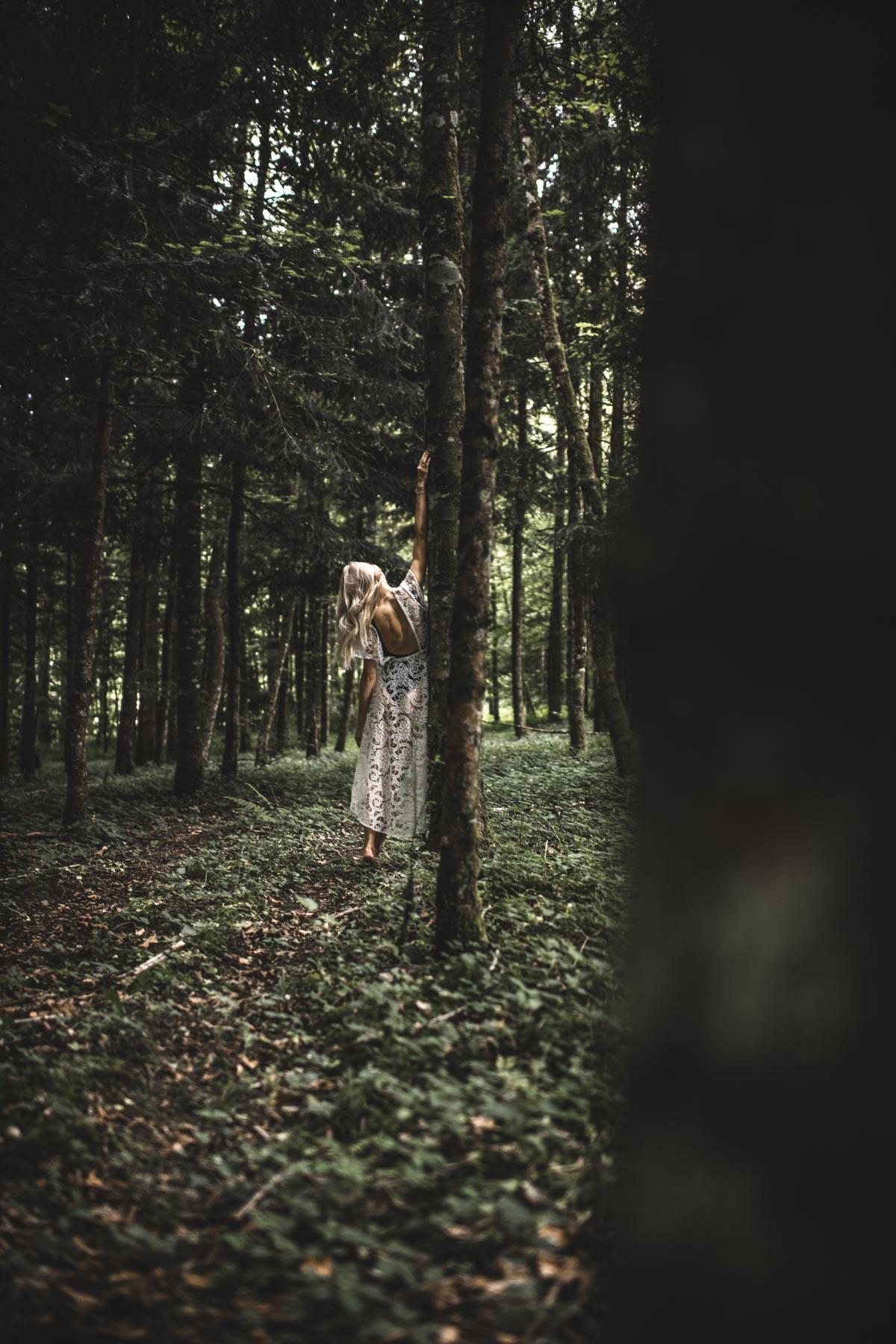 sisters_in_the_woods_04.jpg