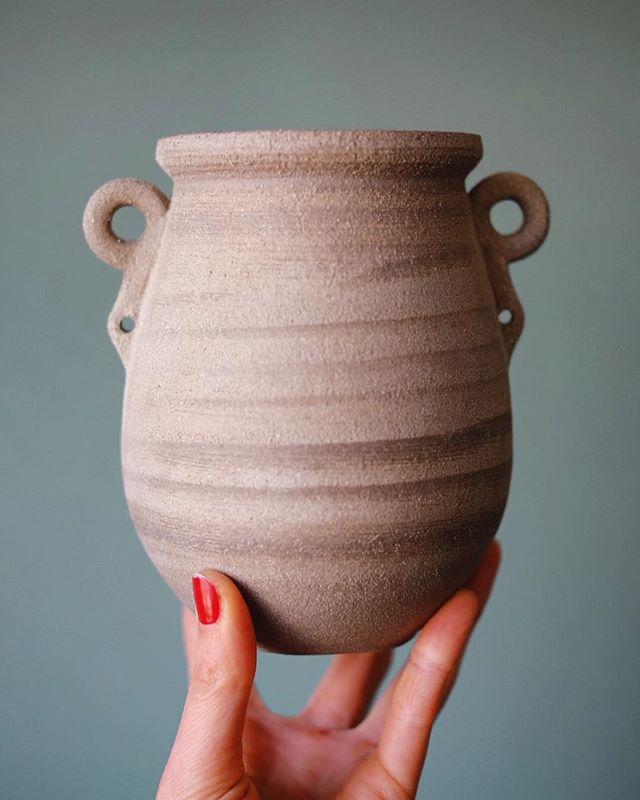 🗿Warm grey sandy vase and my hand minus one layer of skin🗿inspired by some pre-dynastic Egyptian stone pots in the @britishmuseum that are still looking fresh ✨