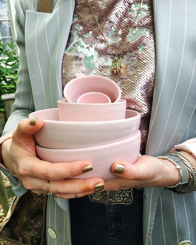 @marzihel coordinating her outfit with a batch of ombré pink breakfast sets fresh from the oven 💅🏼👛🐚