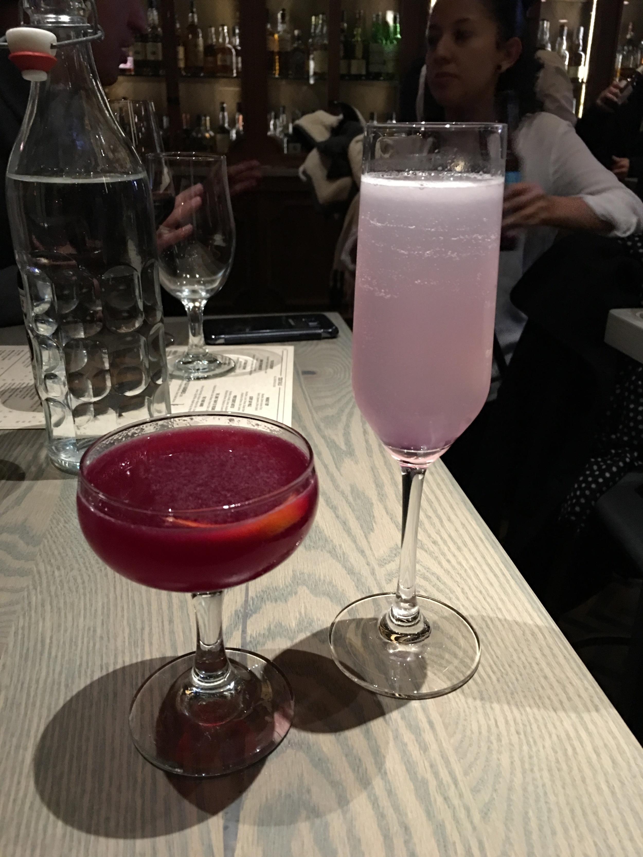 Madame Chareau - Vodka, Sparkling Rose, Chareau, Pample Mousse Liqueur, Lime (Derecha) Jitterbug Perfume - Gin, Beet Shrub, Luxardo Triplum, Framboise, Lime (Izquierda)