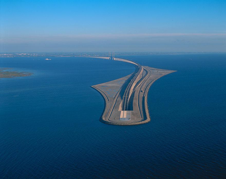 Photo via boredpanda   https  ://  www  .  boredpanda  .  com  /  tunnel  -  bridge  -  oresund  -  link  -  artificial  -  island  -  sweden  -  denmark  /
