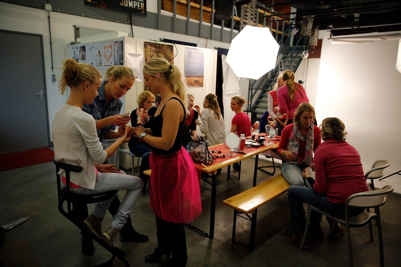 vrijgezellendag fotoshoot workshop visagie bij familieshoot in de fotostudio