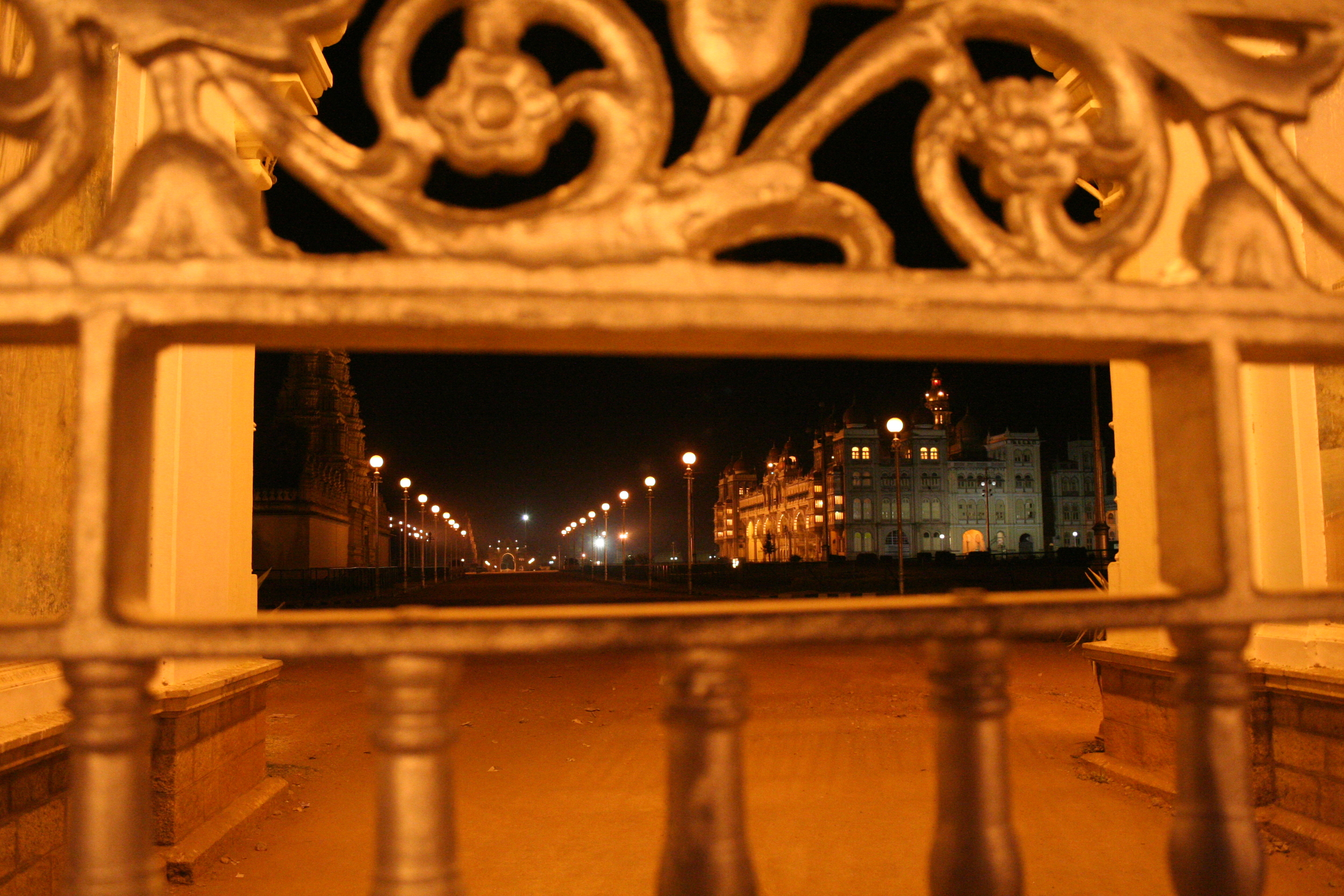 Fotografieren verboten! 4,2 Millionen Rupien soll der Maharaja Palast gekostet haben, als er 1912 erbaut wurde. Auf dieser Seite des goldenen Tors säumen Bettler den Strassenrand. Foto: Irene Mazza, Mysore, Indien
