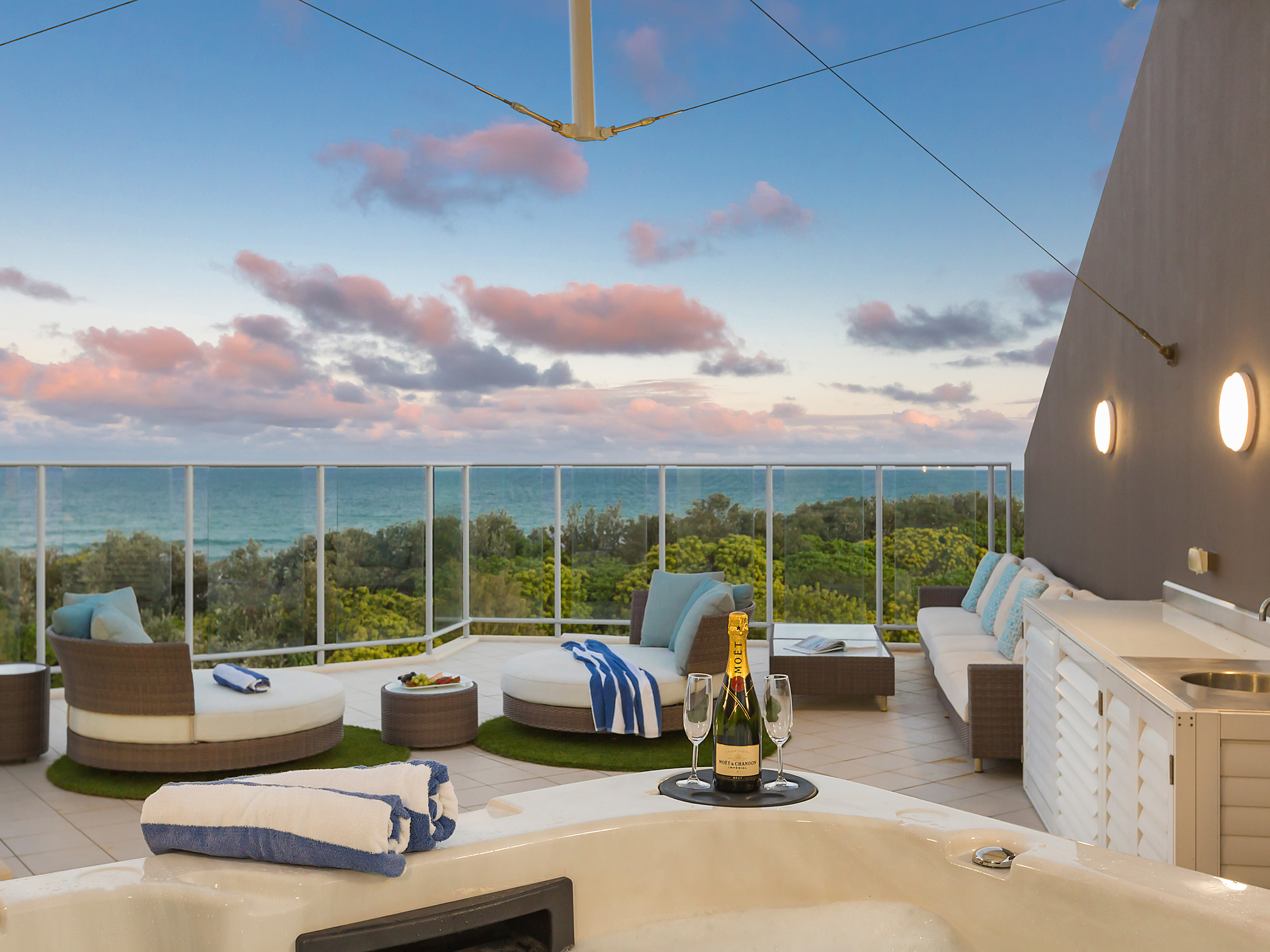 PENTHOUSE ROOF TOP JACUZZI