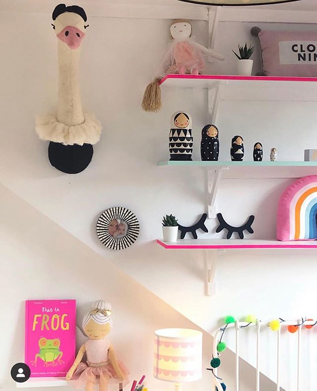 Washi tape on your shelf edges, how clever is this idea to add more pops of colour to your kiddos space?! Our XL monochrome nesting dolls couldn't look more happy to be surrounded by a splash of neon. Add these larger wooden nesting dolls to your kiddos shelves to add a cool design feature and touch of monochrome. 📸 @lucyhamiltonathome 💕