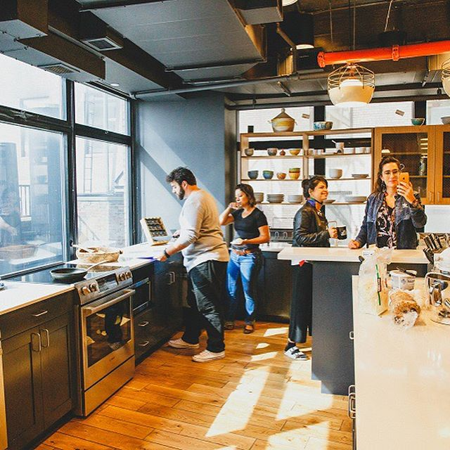 In our #JourneyNYTrends we stay in a COLIVING located in Downtown Manhattan - great spot nearby the subway and the ferry. At WeLive we can experience a new way of living built upon community, flexibility, and a fundamental belief that we are only as good as the people we surround ourselves with. We have access to well designed spaces with comfortable bedrooms, communal kitchens, roof decks, and hot tubs. The purpose is to challenges traditional apartment living through physical spaces that foster meaningful relationships. 🔺 Our next Journey is coming, save your spot with us right now! #LiveLearnConnect - photos: @bezerra