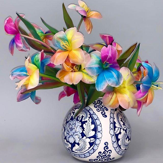 ✨🌈✨Taste the rainbow.  Stunner tie dye tulips 👊🏼💥#floraltrends #tiedye