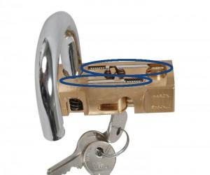 Los dos pestillos de acero colocados en distintos ejes.