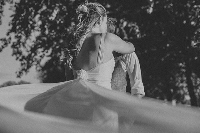 Dress veil 🙌🏼 #wedding #weddinginspiration #weddingdress #photooftheday #instawedding #instagood #lookslikefilm #weddings #blackandwhite #blackandwhitephoto #bridesofinstagram #weddinghair #weddinginspo #veil #flowers #canon #weddingphotographer #tbt