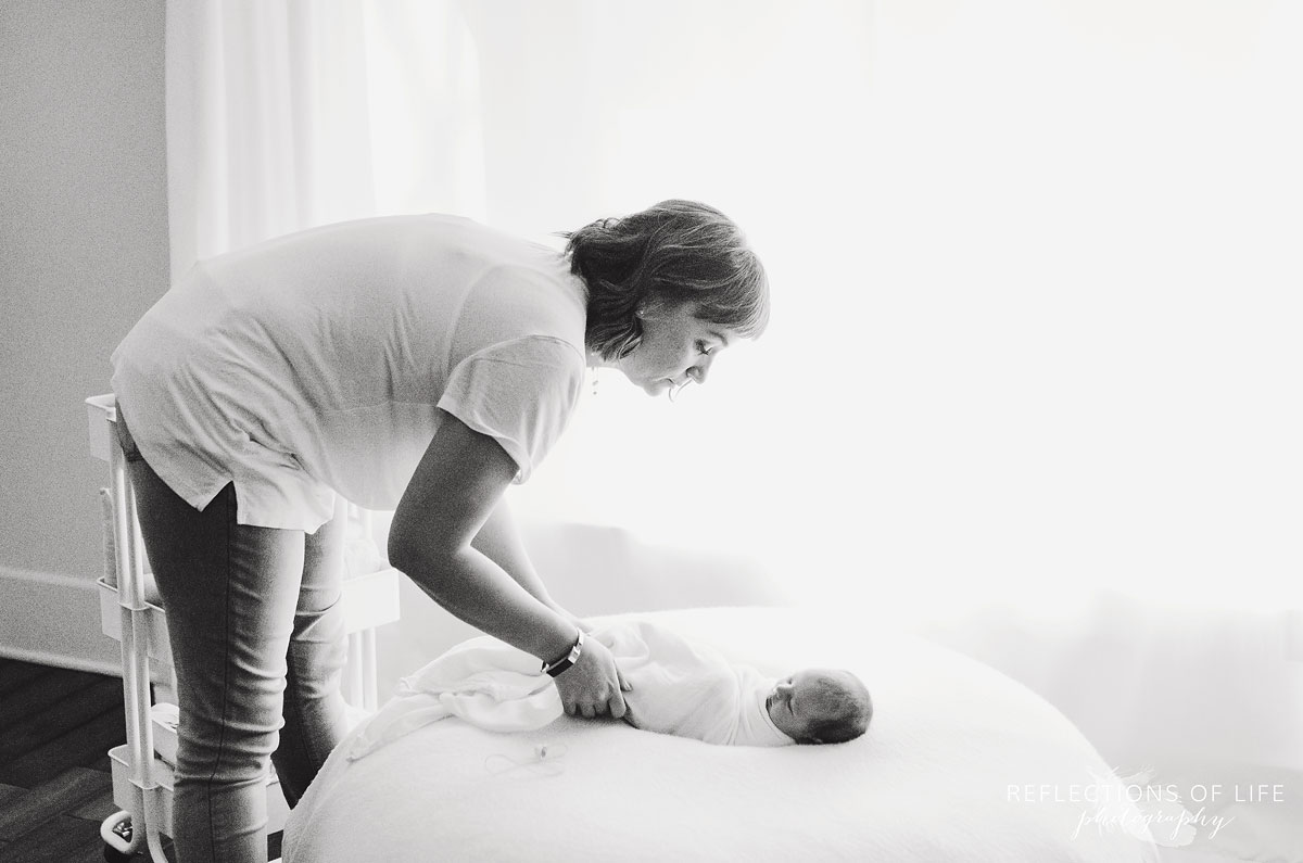 006-Niagara-Newborn-Photography-Behind-The-Scenes-BW.jpg