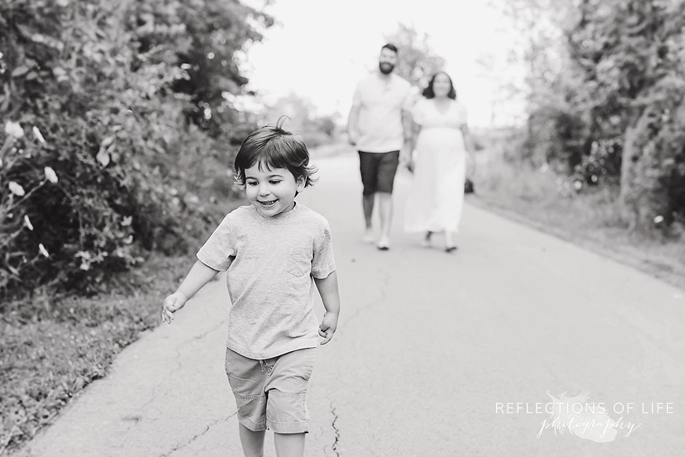 Playful family photo in black and white Niagara Ontario.jpg