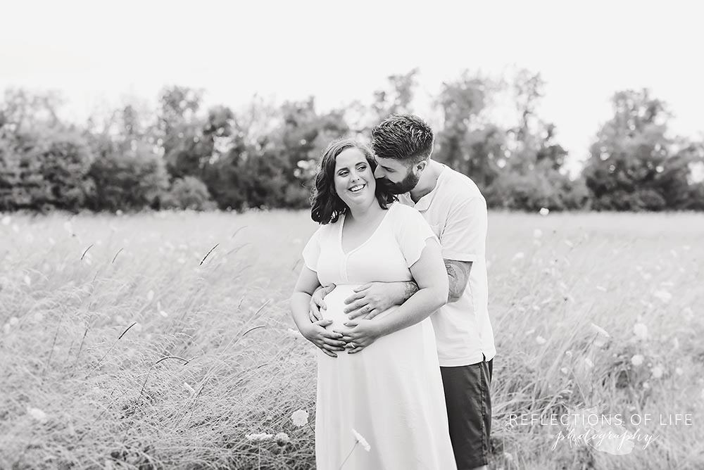 Maternity photography in the field Niagara Ontario.jpg