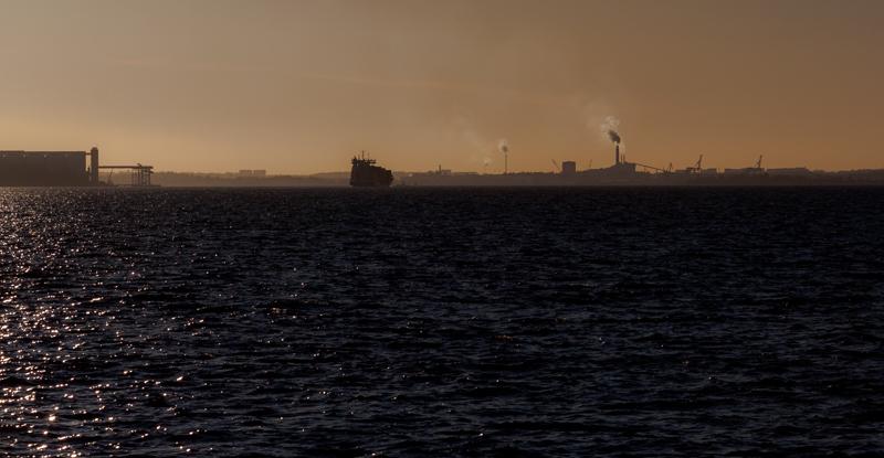 Fartyg på väg in hamn