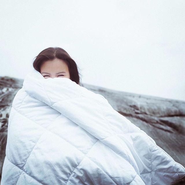 Vores modig model Erna prøver at holde varmen i iskold udendørs shoot med @blankblankfashion
