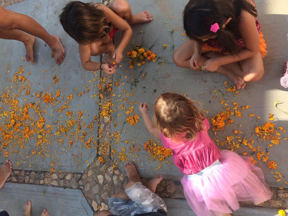 Día de los muertos, flores, niñas