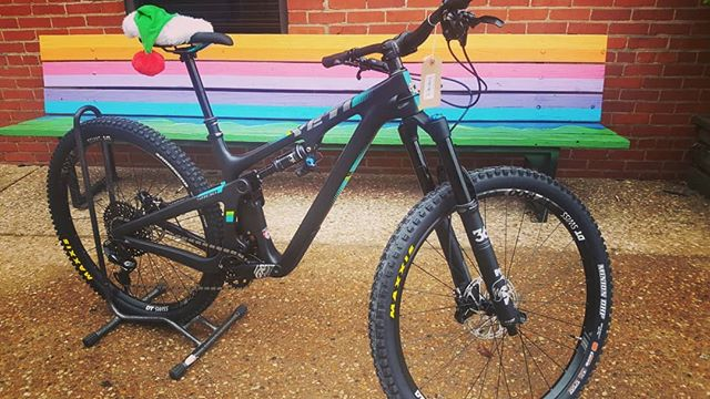 New arrival at the flagship, the amazing SB150 from @yeticycles . Also a special visit from @hayesroadshow schooling us on Manitou service and the new Hayes Dominion brakes #hayes_life