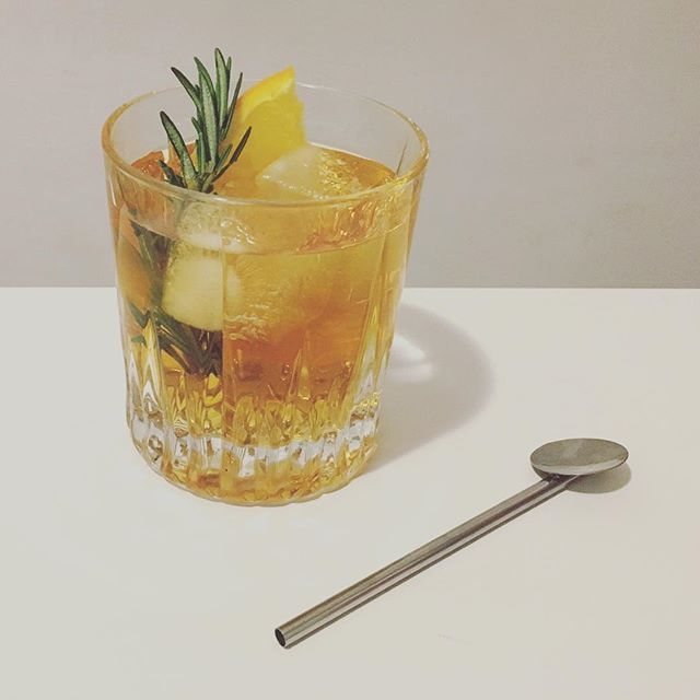 The holiday cocktail perfected: a whiskey apple cider rosemary punch. 🎄🥃