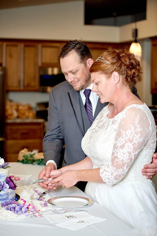 ©2017KrystalCraven-wedding-cake-bride-and-groom-cutting