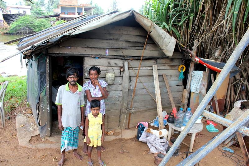 The_family_by_the_river_NewUse_SriLanka