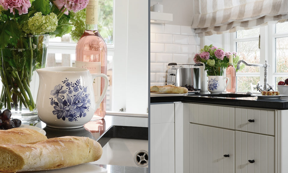 It is a pleasure to spend time in the well-equipped kitchen in a contemporary country style with its cheerful Frisian crockery