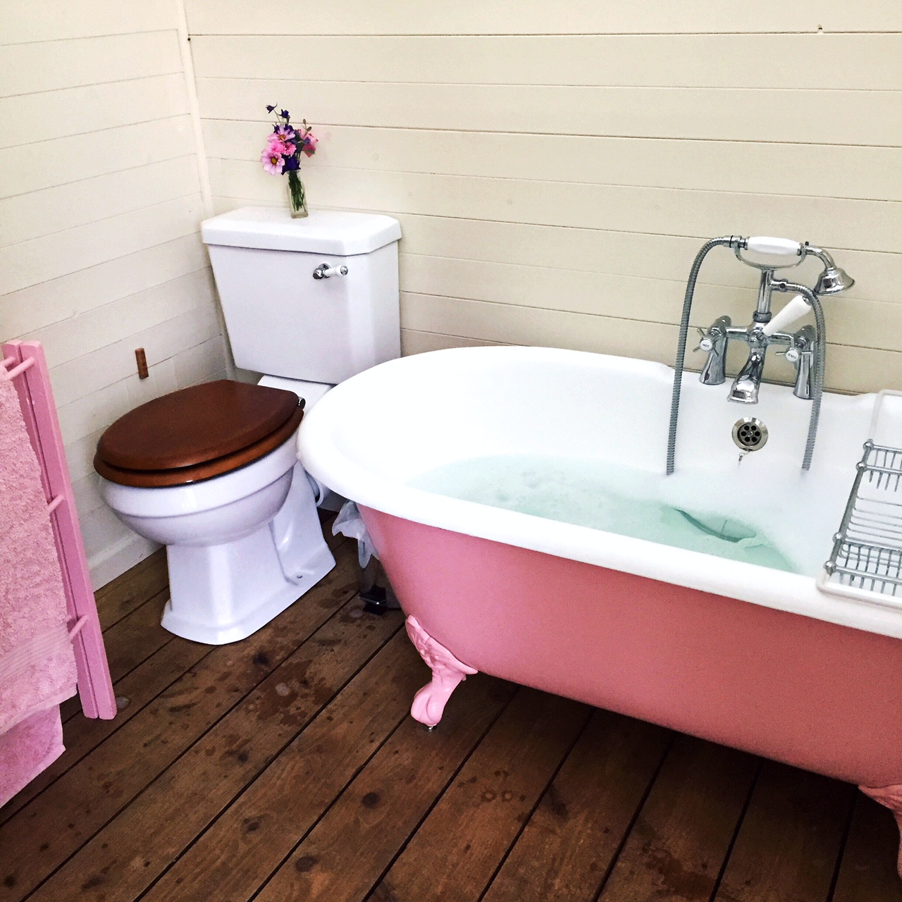 happy-on-the-hill-bruton-somerset-airbnb-travel-blog-pink-bathroom.JPG