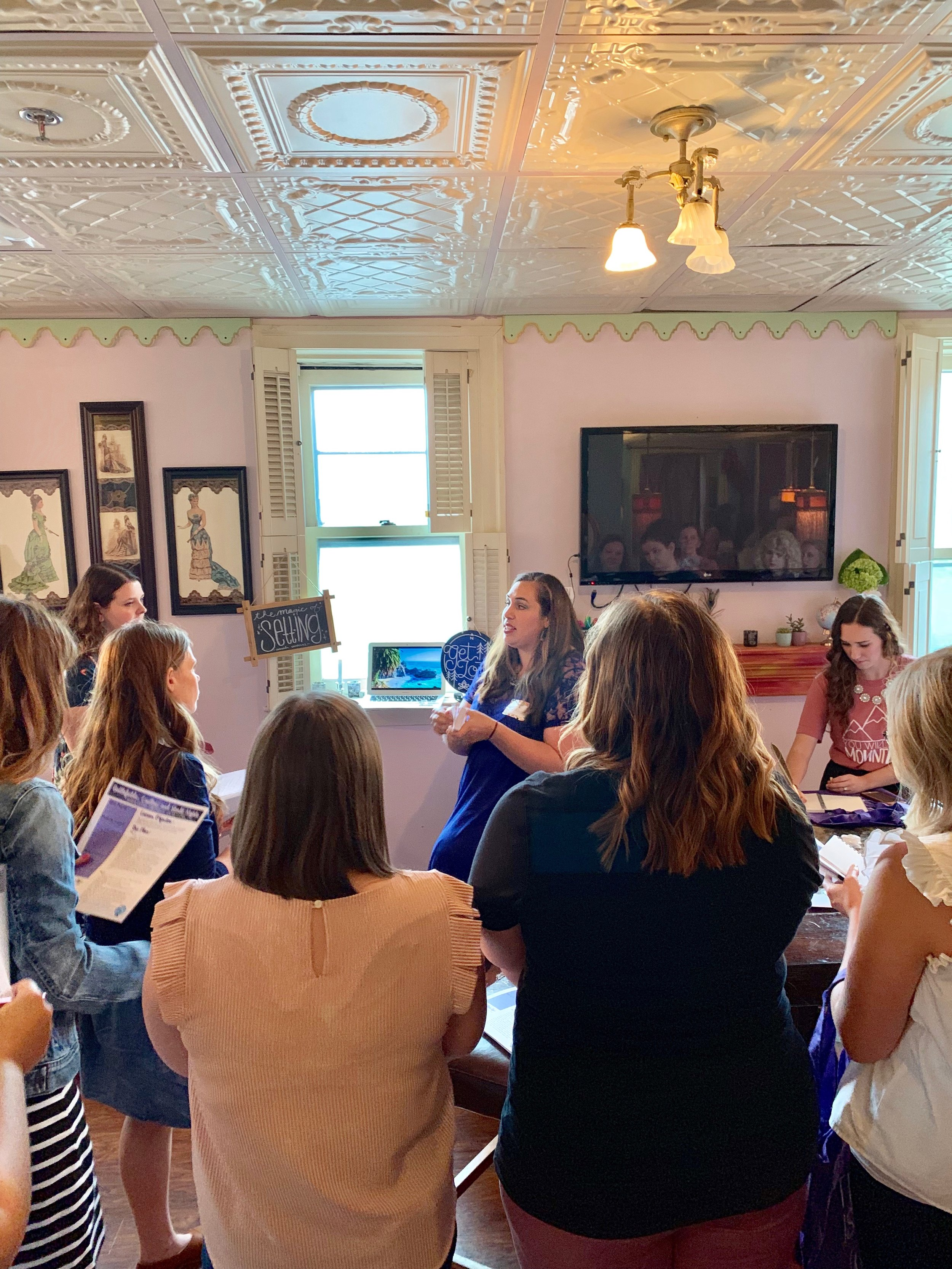 Amanda Cardenas  (AKA  Mud and Ink Teaching ) presents to a small group on the magic of setting. Photo Credit: Angelyne Collins