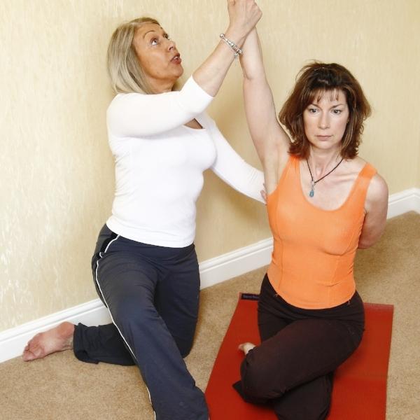 yoga-therapy-929843.jpg